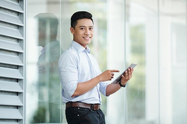 Uomo d'affari utilizzando computer tablet