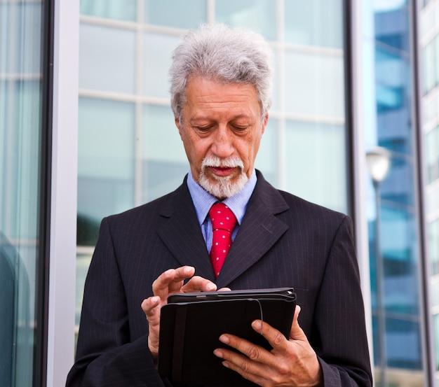 Uomo d'affari utilizzando un tablet pc