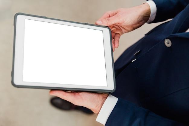 Uomo d'affari utilizzando una tavoletta con sfondo bianco