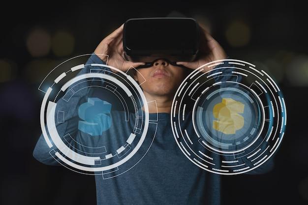 Uomo d'affari che utilizza l'auricolare per realtà virtuale con un design tecnologico hi-tech digitale con simbolo del dollaro a moneta.