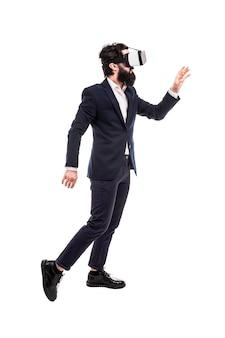 Uomo d'affari in occhiali per realtà virtuale, preme pulsanti invisibili, isolati su sfondo bianco