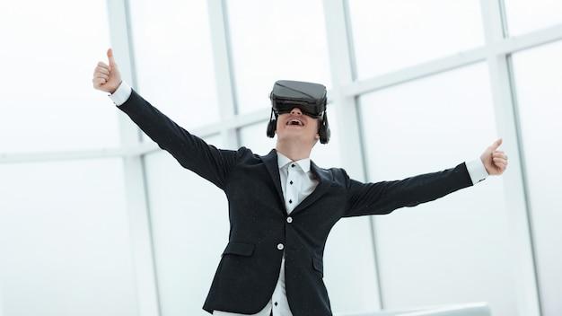 Uomo d'affari in vetri di realtà virtuale che mostrano i pollici in su. persone e tecnologia.
