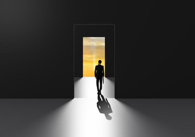 Uomo d'affari che cammina attraverso la porta del successo per andare alla sfida