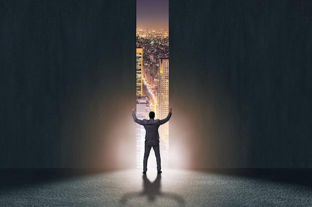 Uomo d'affari che cammina verso la sua ambizione