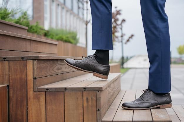 L'uomo d'affari che cammina al piano di sopra si concentra sulla scarpa in pelle avvio di una carriera aziendale di successo concept