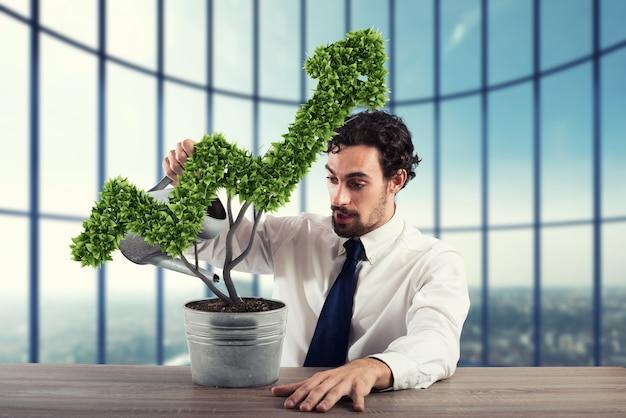 Uomo d'affari che innaffia una pianta che cresce come una freccia. rendering 3d