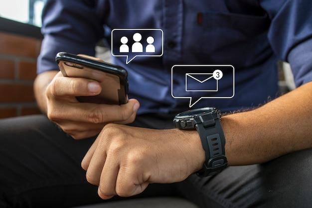 Uomo d'affari che indossa un orologio digitale intelligente in mano