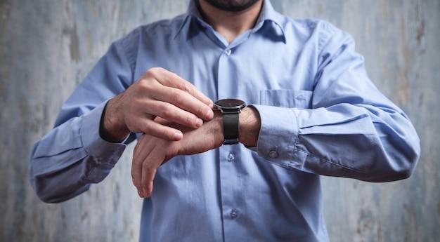 Uomo d'affari che indossa un orologio da polso di lusso. moda, stile di vita Foto Premium