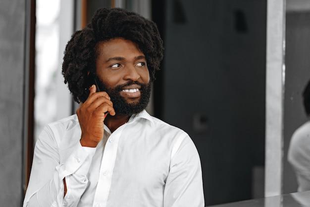 Uomo d'affari in camicia bianca, parlando al telefono