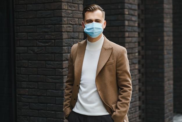 Uomo d'affari con una maschera per la respirazione isolata nello spazio ufficio