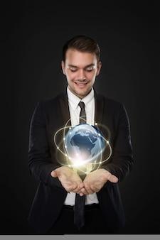 Uomo d'affari con relazione d'affari attraverso il mondo digitale