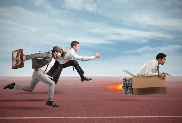 L'uomo d'affari con il missile di cartone vince e vince una gara contro gli avversari