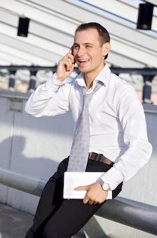 Uomo d'affari con telefono cellulare e laptop