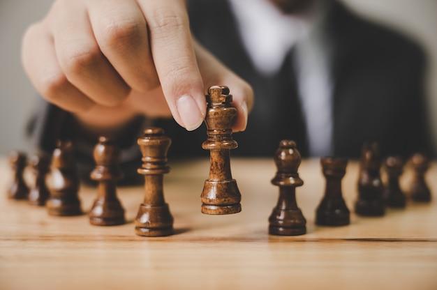 Uomo d'affari con gioco da tavolo scacchi