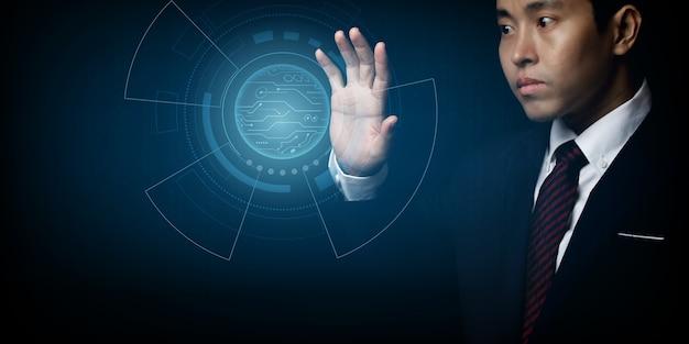Uomo d'affari con il design tecnologico hi-tech digitale di cerchi. scienza e innovazione del concetto di tecnologia.
