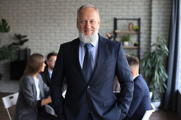 Uomo d'affari con i colleghi in background in ufficio.