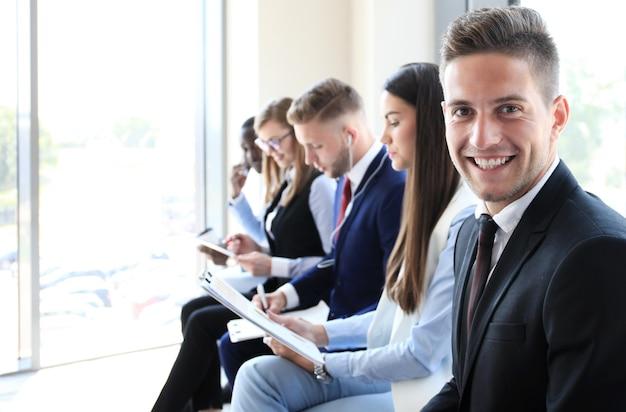 Uomo d'affari con i colleghi in background in ufficio