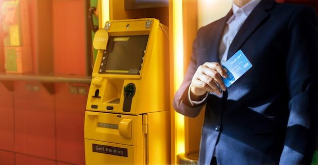 Uomo d'affari con una carta di credito in mano