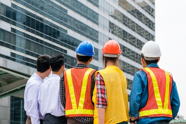 Uomo d'affari con la cooperazione in partenariato del gruppo di ingegneri per il progetto di costruzione