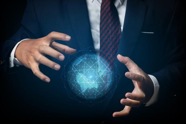 Uomo d'affari con connessione di rete globale e rete di comunicazione, concetto di rete aziendale.