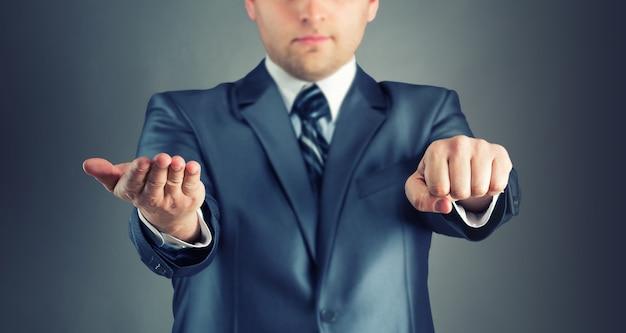 Uomo d'affari con segni di indovinare la mano