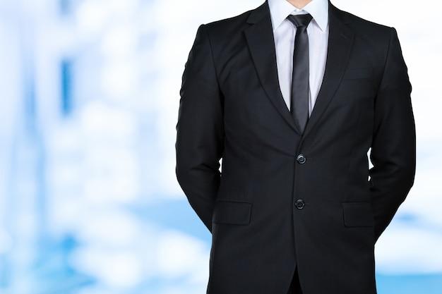 Un uomo d'affari con le braccia incrociate