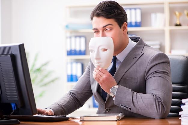 Uomo d'affari con la maschera nel concetto di ipocrisia dell'ufficio