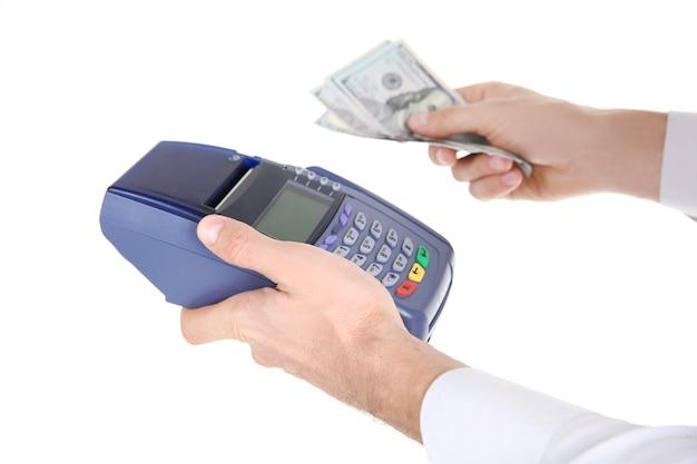 Uomo d'affari con terminale di pagamento e contanti, isolato su bianco