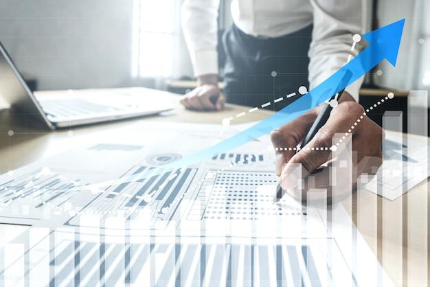 Uomo d'affari con grafico di report in avanti per la crescita dei profitti finanziari degli investimenti in borsa.