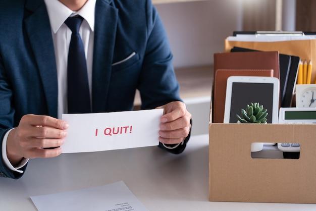 Uomo d'affari con lettera di dimissioni