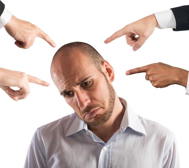 Uomo d'affari con espressione triste mostrata dalle persone