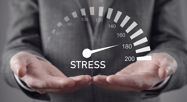 Uomo d'affari con un livello di stress. fatica