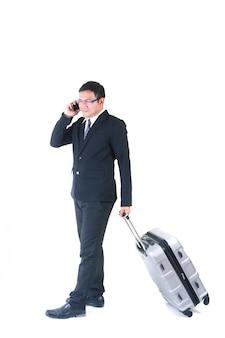 Uomo d'affari con una valigia isolata su fondo bianco