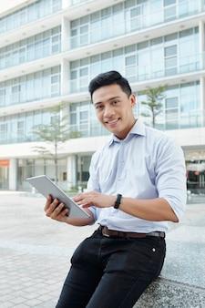 Uomo d'affari con computer tablet