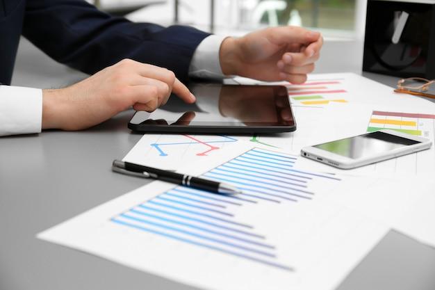 Uomo d'affari con tablet in ufficio Foto Premium