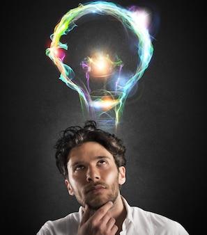 Uomo d'affari con espressione premurosa con lampadina