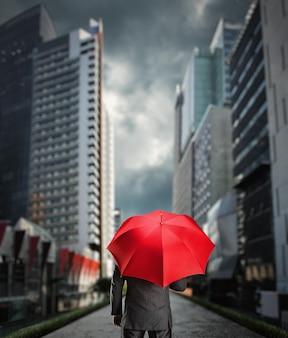 Uomo d'affari con un ombrello