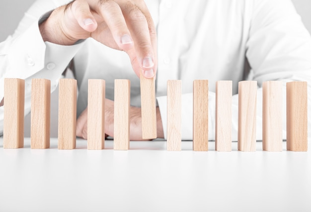 Uomo d'affari con blocchi di legno