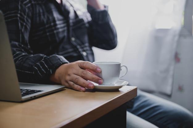 L'uomo d'affari lavora a casa e il distanziamento sociale. nuovo stile di vita normale di affari. auto-quarantena a causa del coronavirus o covid-19.