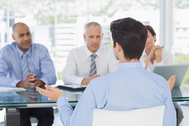 Uomo d'affari al colloquio di lavoro