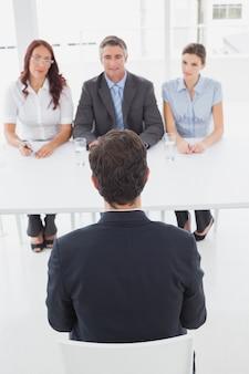 Uomo d'affari in un'intervista di lavoro