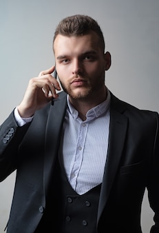 Uomo d'affari nel lavoro con il telefono mobil. abiti classici. moda uomo vestito. telefono per riunioni.