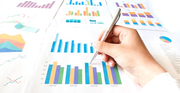 Imprenditore lavora calcolare dati documento grafico grafico report sviluppo della ricerca di marketing