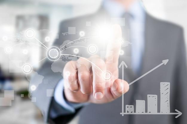 Uomo d'affari che lavora al grafico digitale, concetto di strategia aziendale