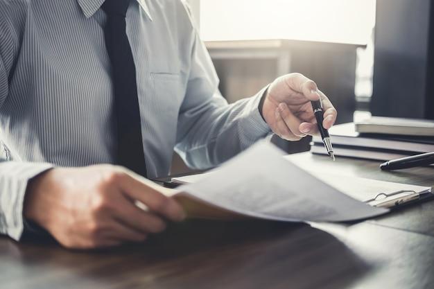 Uomo d'affari che lavora ad un documenti nell'aula di tribunale. diritto legale, consulenza e concetto di giustizia