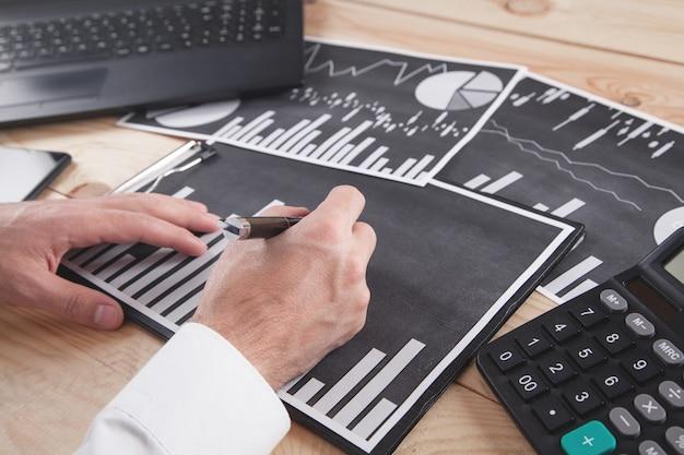 Uomo d'affari che lavora in grafici finanziari. attività commerciale