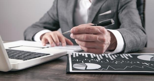 Uomo d'affari che lavora nei grafici finanziari. attività commerciale