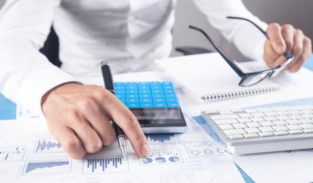 Uomo d'affari che lavora nei grafici finanziari