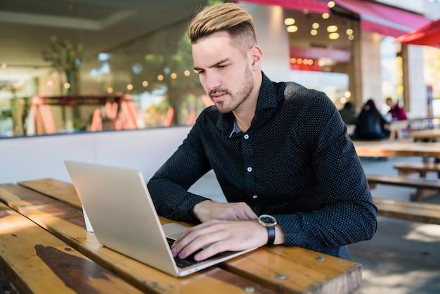 Uomo d'affari che lavora sul suo computer portatile.