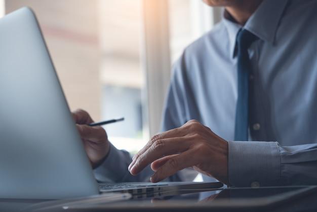 Uomo d'affari che lavora al computer portatile in ufficio
